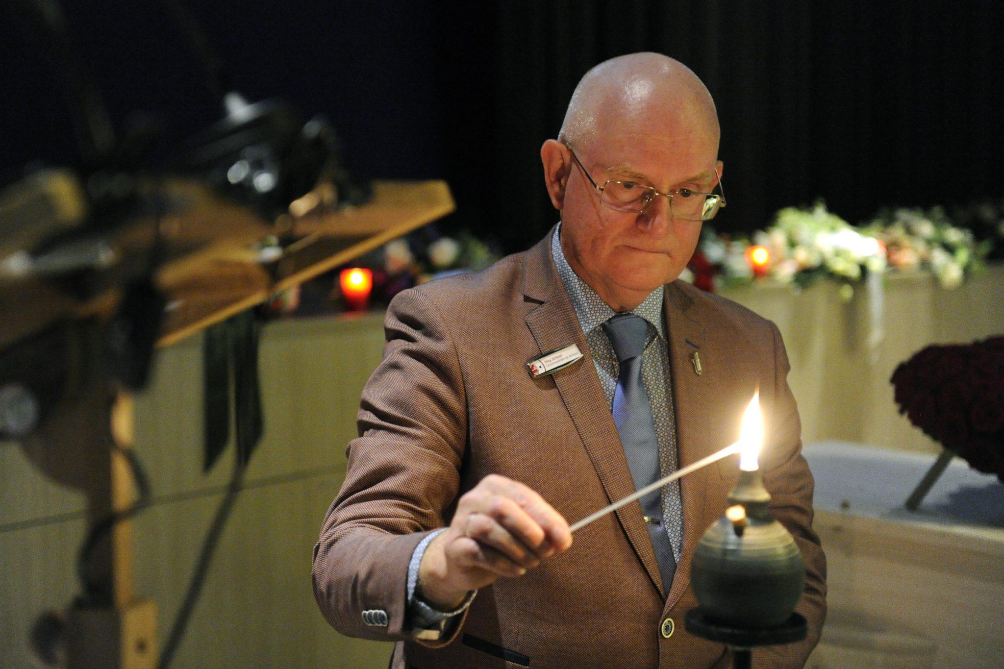 Begrafenismuziek geeft tijdens de uitvaart ook ruimte voor een ritueel, zoals het aansteken van een kaars.