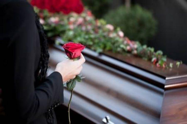 11193765-religie-dood-en-dolor-begrafenis-en-het-kerkhof-uitvaart-met-kist